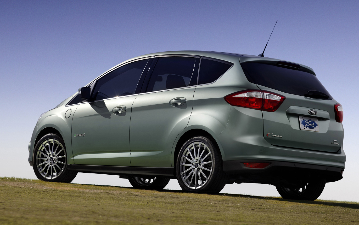 2013-Ford-C-Max-Energi-side-view-in-field