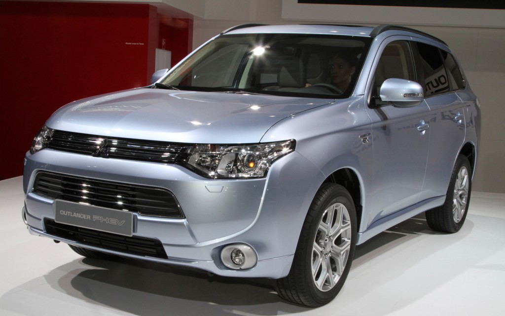 2013-Mitsubishi-Outlander-PHEV-front-three-quarter